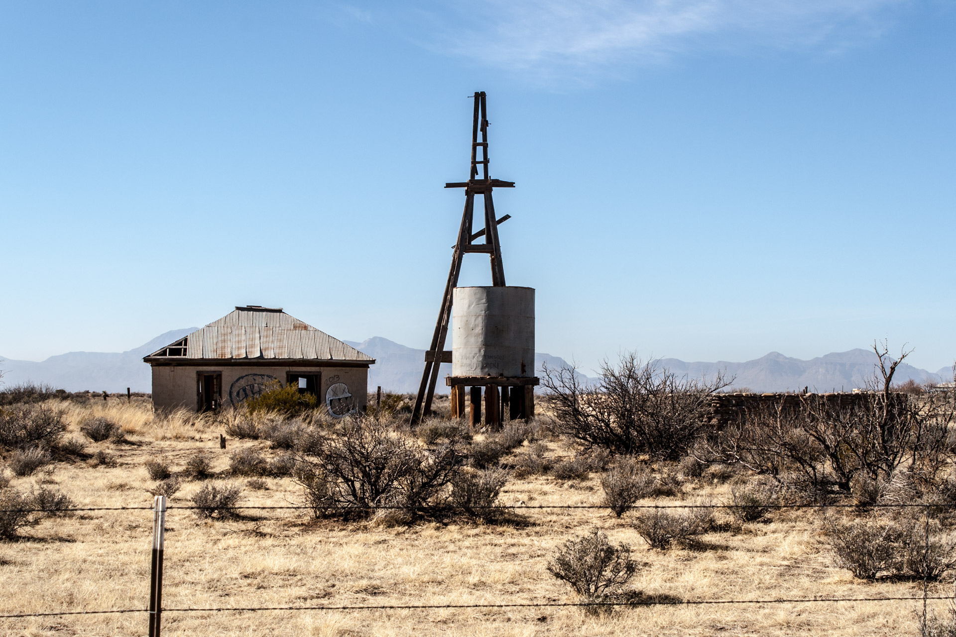Tularosa, New Mexico - A Desert House With An Extra Large Well (front mid)