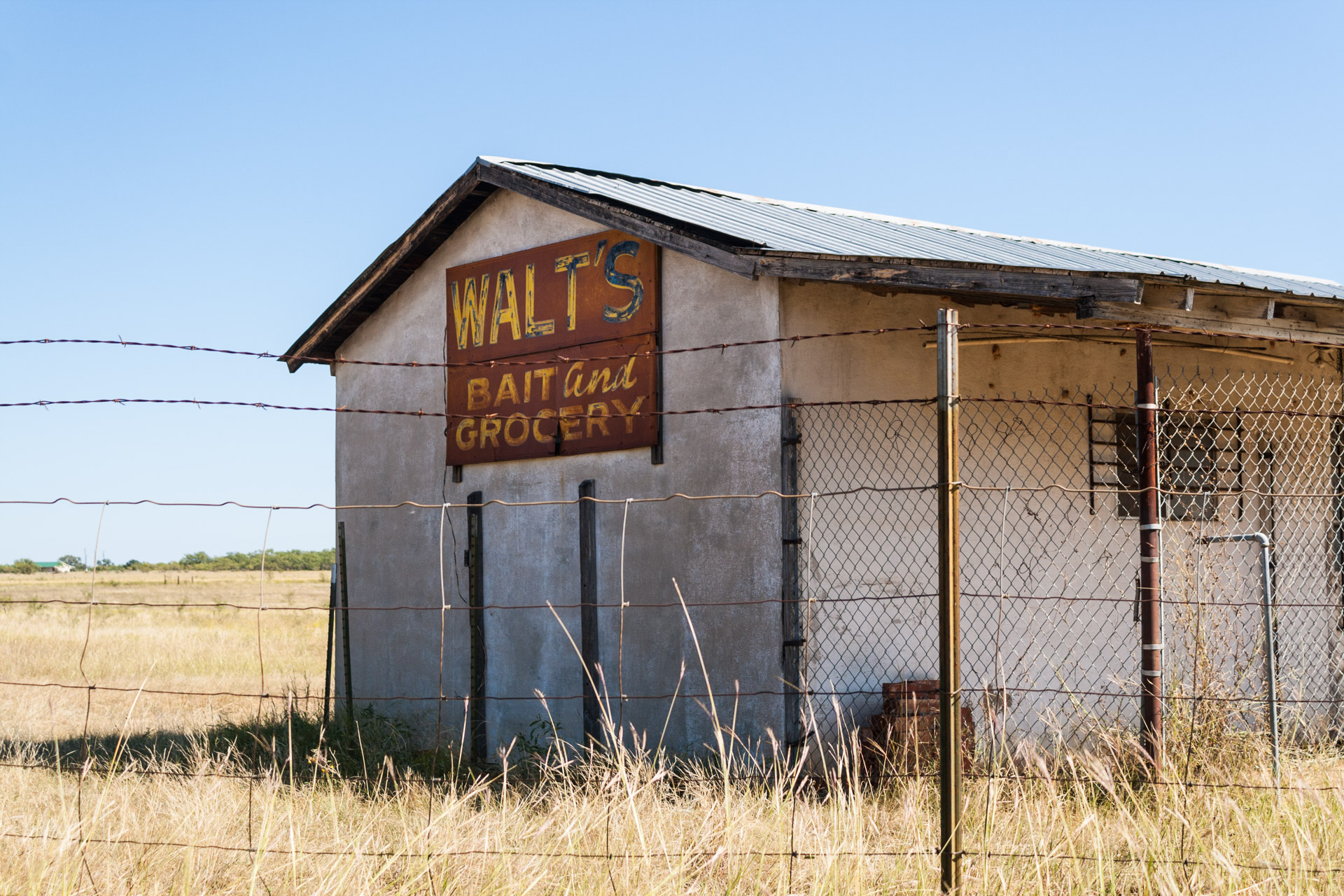 Coleman, Texas - Walt's Bait and Grocery (angle close)